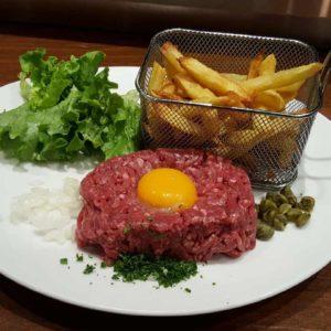 tartare de boeuf frites maison avec salade verte