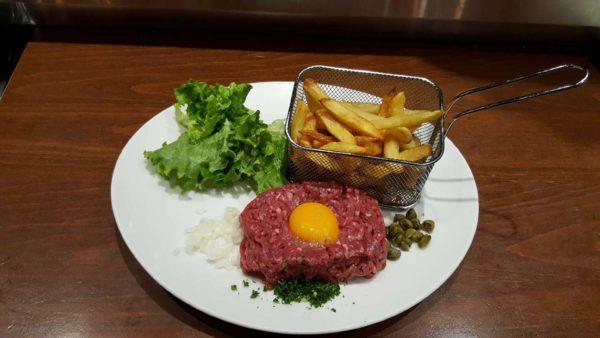 tartare de boeuf frites maison et sa salade verte